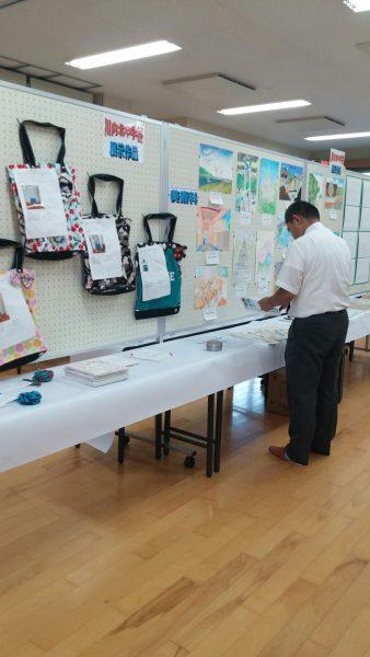 川内北中学校の教頭先生自ら展示準備